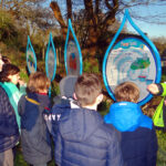 Les élèves de l'école Notre Dame de Kérinec de Poullan-sur-Mer plantent des arbres pour améliorer la qualité de l'eau.